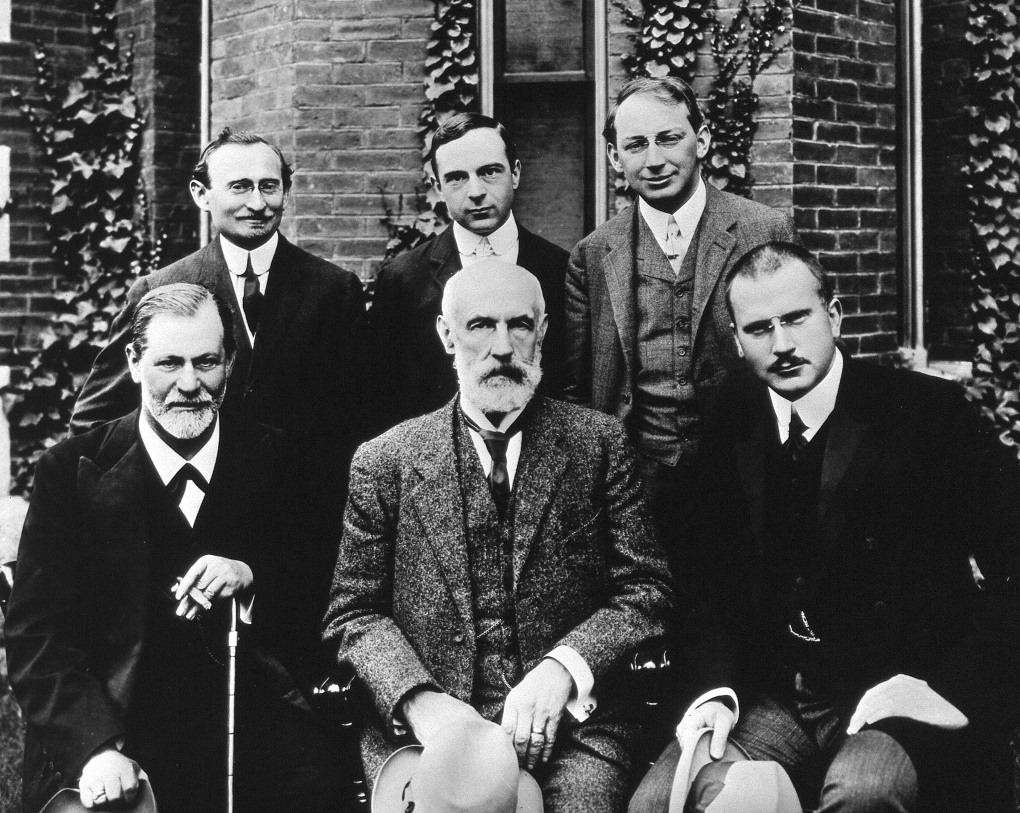 Hall_Freud_Jung_in_front_of_Clark_1909.jpg